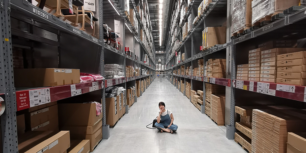 F2_1000X500_person-sitting-on-ground-between-brown-cardboard-boxes-27014341000×500