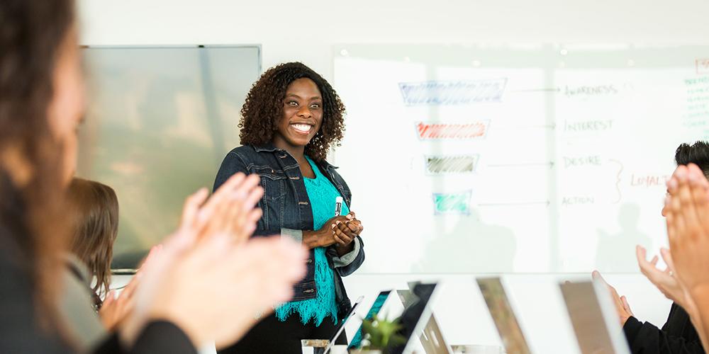 F2_1000X500_smiling-woman-leading-meeting1000x500